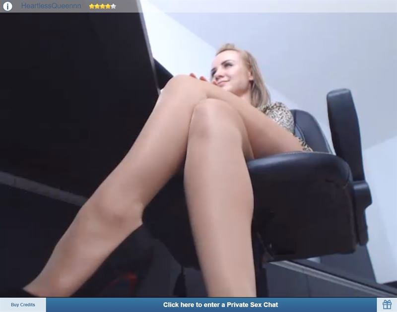 Giantess cam babe on ImLive showing of her long legs